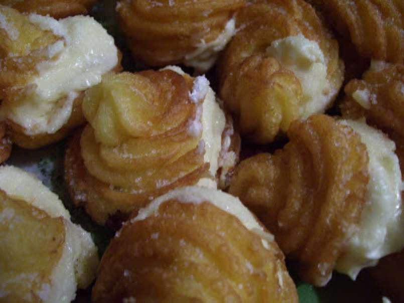 Frittelle di pasta choux con crema chantilly,
