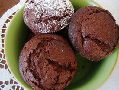 Piccoli muffins al cioccolato con cuore di pistacchio