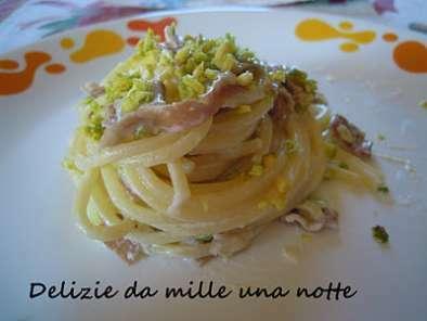 Spaghetti con speck e pistacchi