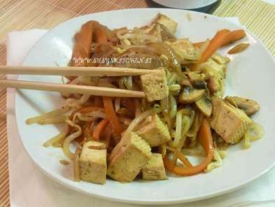 tofu saltato con germogli di soia e verdure croccanti