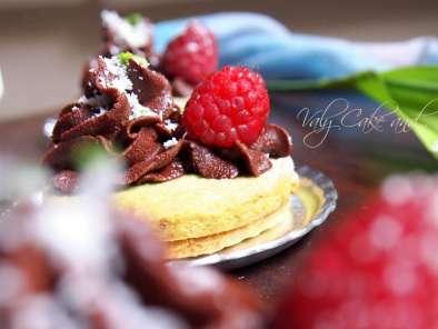 Biscotti al pistacchio con lamponi e cioccolato