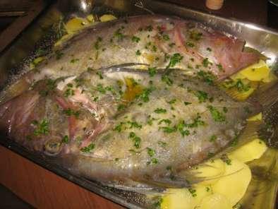 Pesce san pietro al forno su letto di patate ricetta - Pesce su letto di patate ...