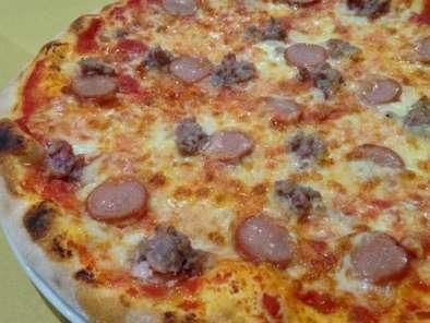 Pizza con wurstel e salsiccia