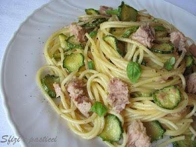 Spaghetti alla carbonara con zucchine e tonno