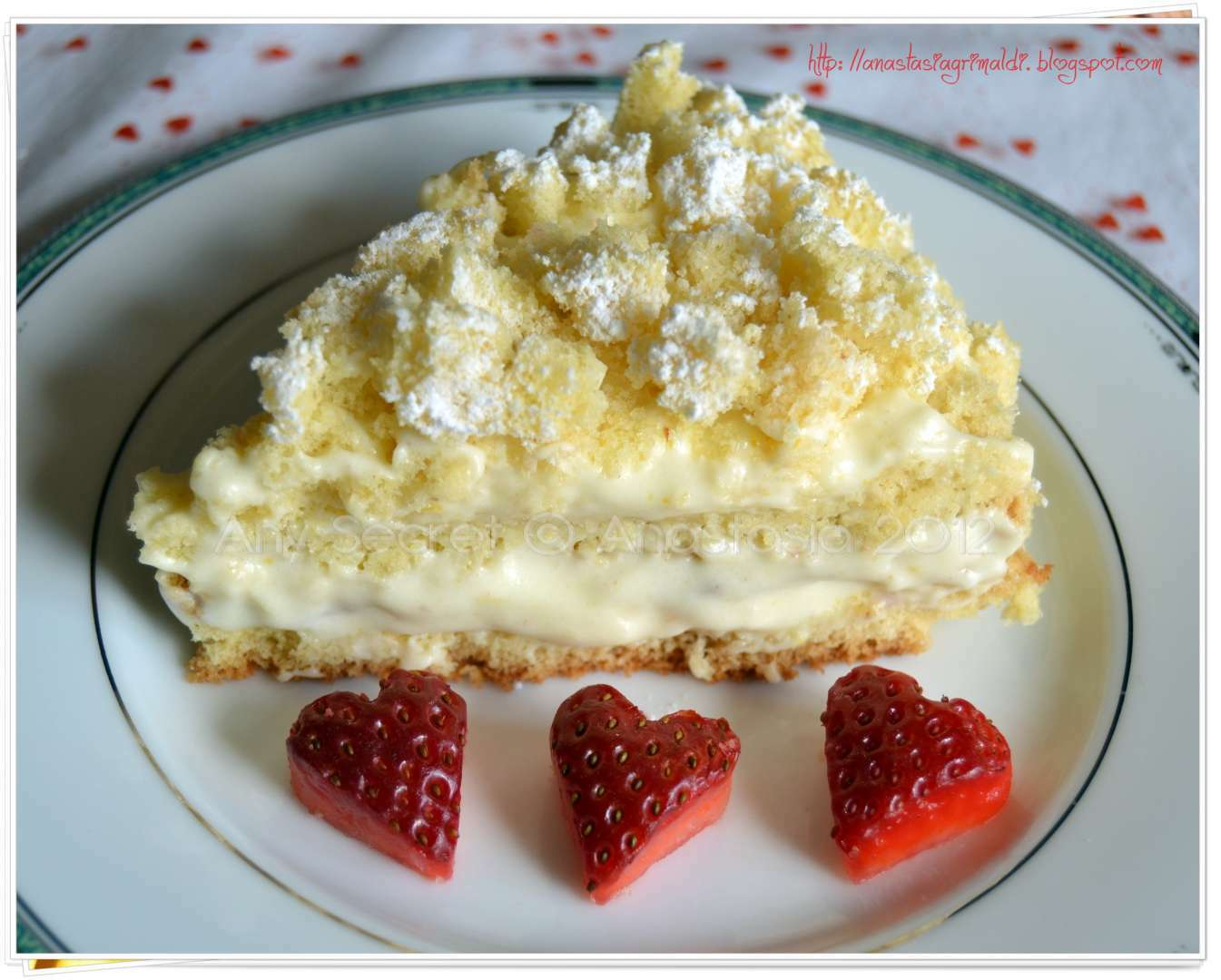 Torta con la crema chantilly e fragole