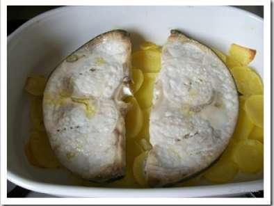 Tranci di pesce spada al forno su letto di patate ricetta - Pesce su letto di patate ...